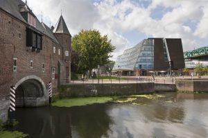 Koppelpoort_en_gebouw_Rijksdienst_voor_het_Cultureel_Erfgoed